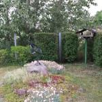 Sonnenuhr und Vogelhaus